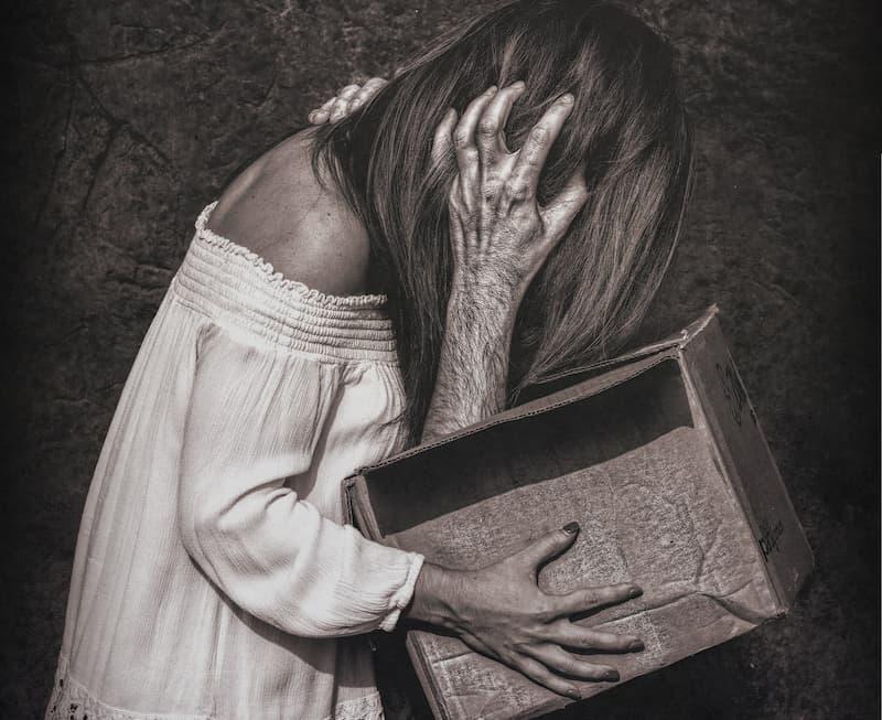 monstruo dentro de una caja ataca a mujer 2
