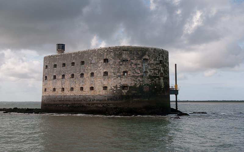 un fuerte en medio del mar