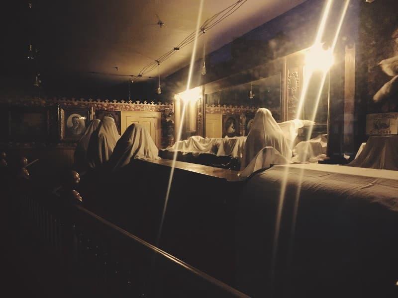 muebles cubiertos sotano tenebroso