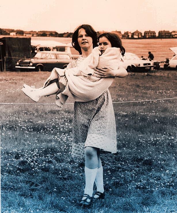 Madre cargando a su hija 1980 21