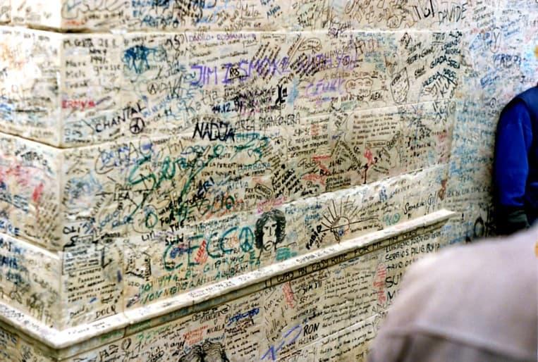 La tumba de Jim Morrison llena de grafiti
