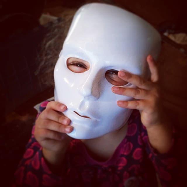 niña con mascara inquietante