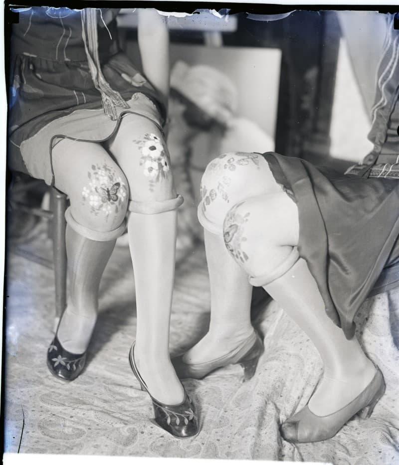 rodillas mujeres con pintura