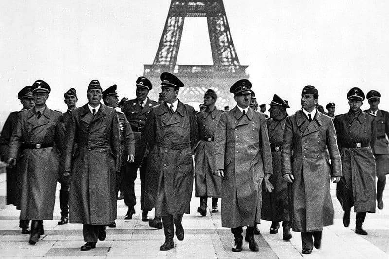 Hitler Marchando en Paris