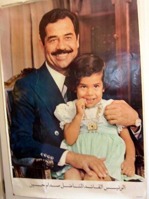 Sadamm con una niña en brazos