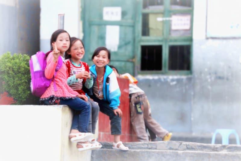 estudiantes en la calle jugando