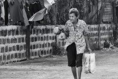 mujer anciana cargando compras