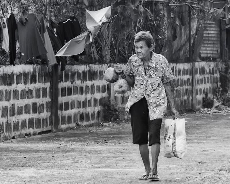 mujer anciana cargando compras(1)