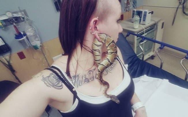 mujer serpiente en la oreja