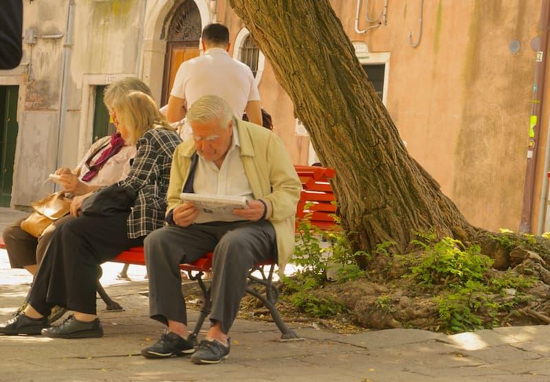 anciano leyendo(1)