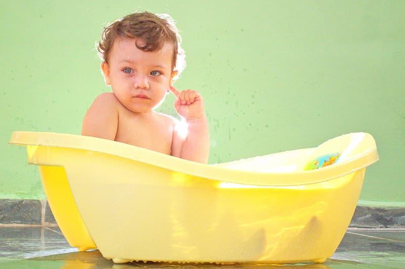 baño diario bebe en una bañera(1)