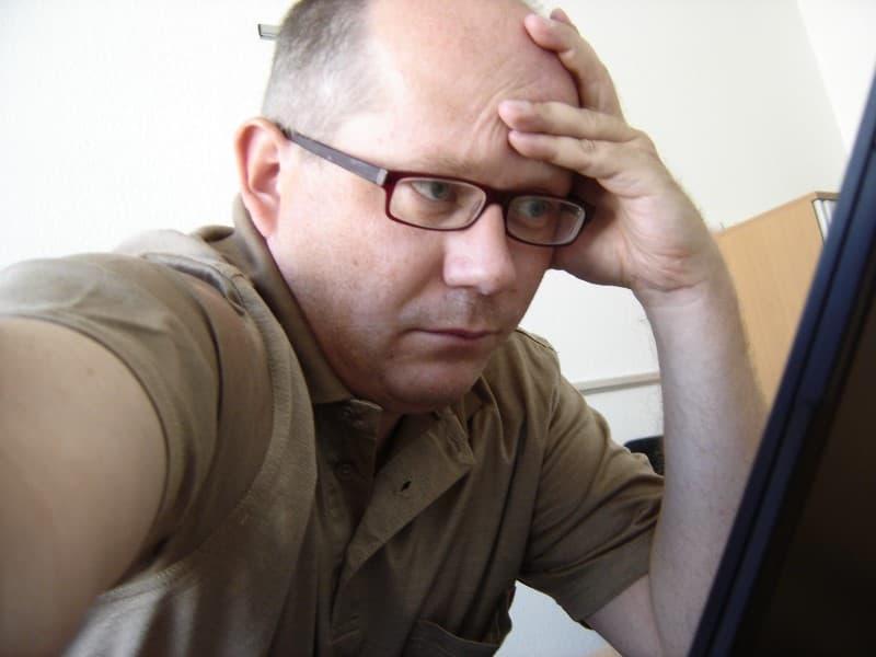 hombre pensando en renunciar al trabajo