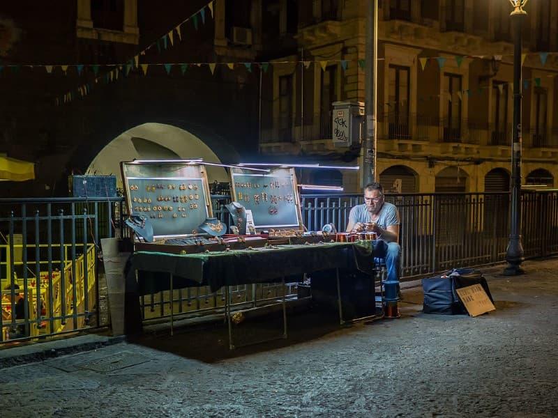 hombre trabajando en las calles