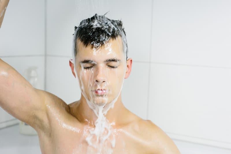 persona bañandose