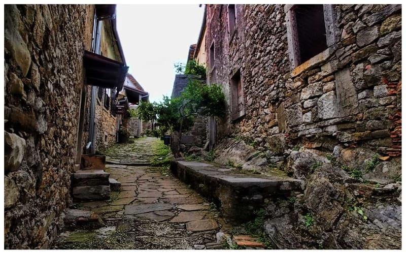 calles de la ciudad de Hum en Croacia