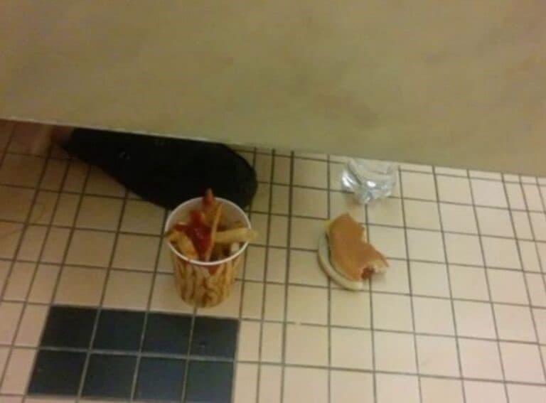 comiendo dentro de un baño publico