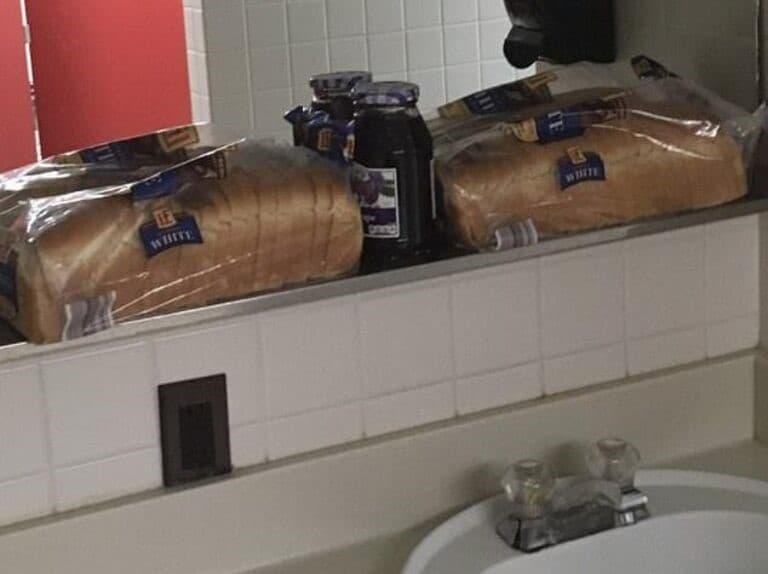 preparando sandwiches en el baño de la escuela
