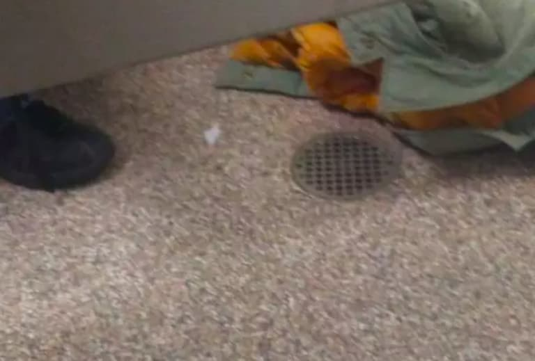 ropa tirada en el piso