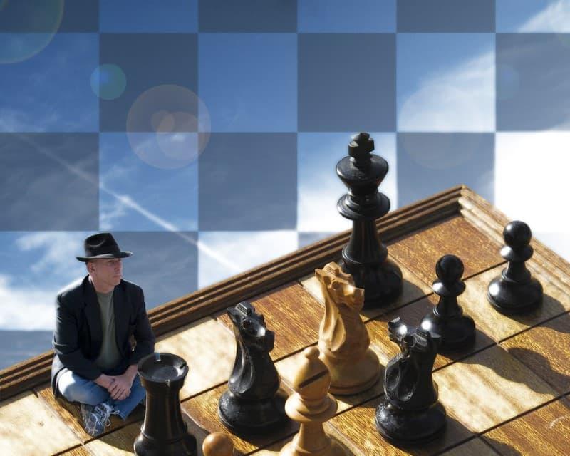hombre en tablero de ajedrez