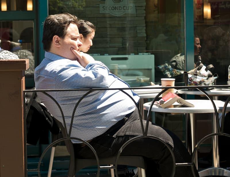 hombre gordo pensando