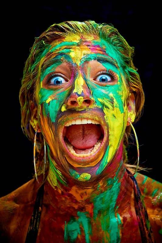 mujer pintada del rostro