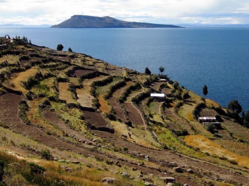agricultura sobre laderas de una montaña