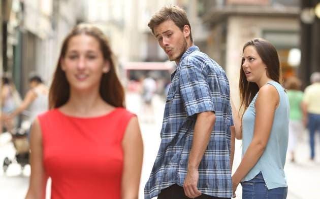 meme pareja hombre viendo a otra