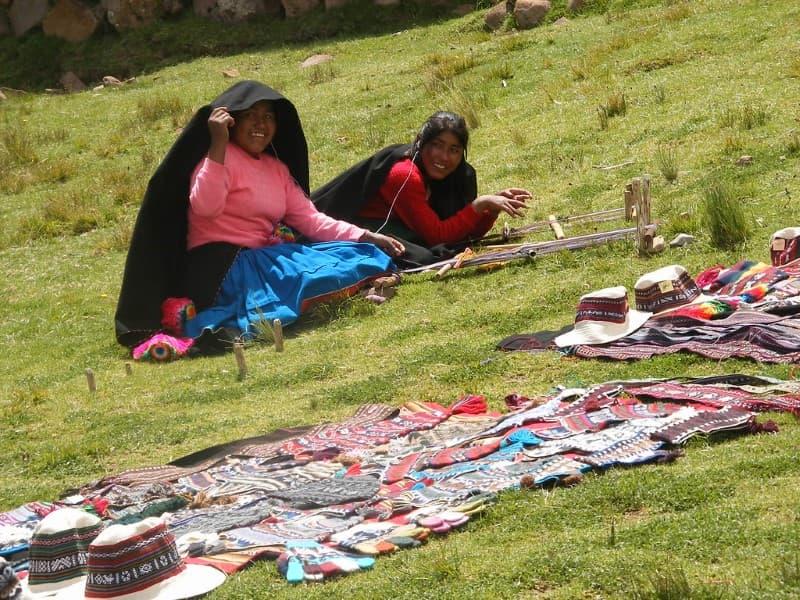 mujeres vendiendo chullos